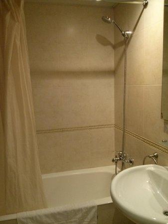 Hotel Marvi: Bathroom