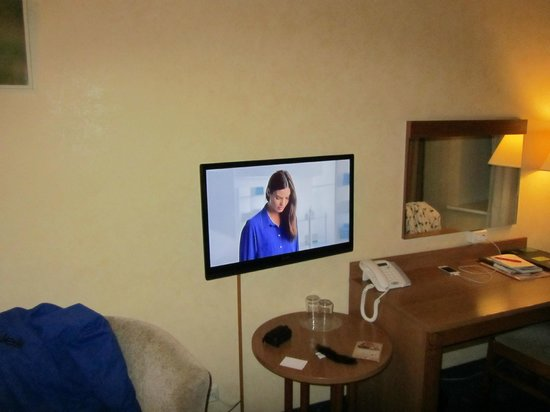 Hotel Rinno: Flatscreen + bureau