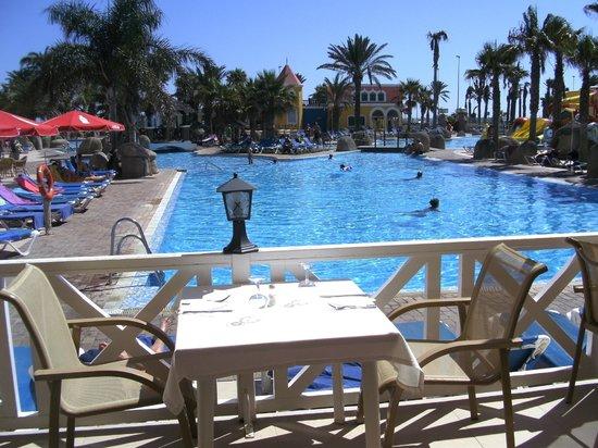 Mediterráneo Park: Pool from dining room