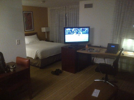 Residence Inn Charleston: Desk area, TV, and bedroom