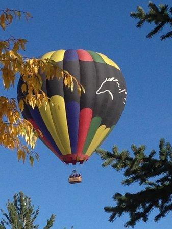 EagleRidge Lodge: Morning view...hot air balloons!