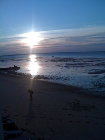 Crow's Nest Resort: Sun's reflection on Cape Cod Bay
