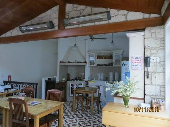 Incirliev Alacati: Kitchen and dining area in inclimate weather