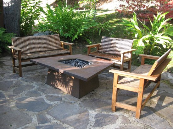 Glen Oaks Big Sur : Group seating area with fire pit