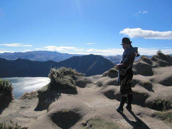 Laguna Quilotoa: Mujer indígena en la magnificencia de los Andes