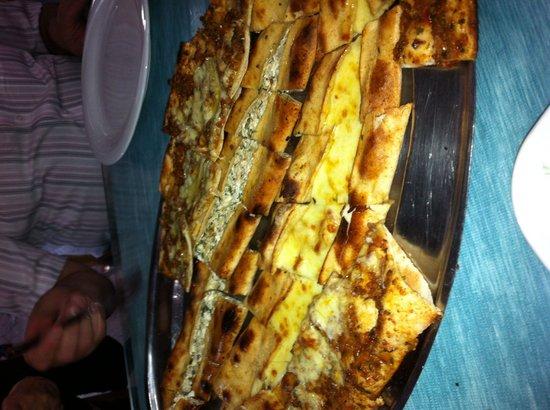Ravza Restaurant: Ravza demek pide demek bence , özellikle içli denilen lor peynirli ve otlu olanı mutlaka deneyin