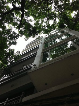 Artisan Lakeview Hotel: Standing on Hang Hanh St, looking up at the balconies of Silver Moon