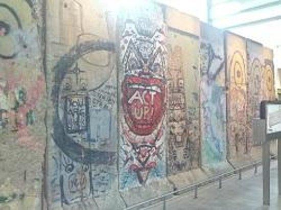 Newseum: Berlin Wall display