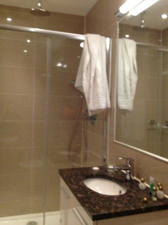 The Villa Kensington : bagno con doccia spaziosa