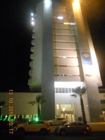 Sharon Hotel : belle photo de  l hotel sharon pris de nuit  avec les lumieres