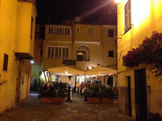 La Piazzetta Pizzeria Spaghetteria: Nice italian courtyard