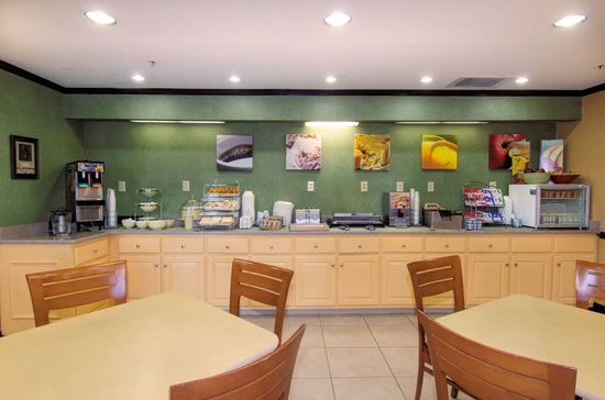 Quality Inn and Suites: Break fast Bar