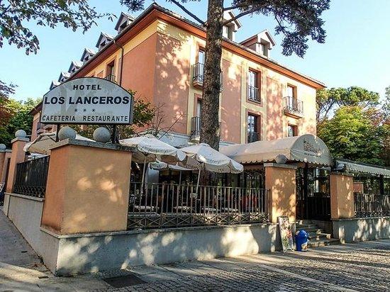 Los Lanceros Hotel : L'hotel vosto dalla strada pedonale di confine