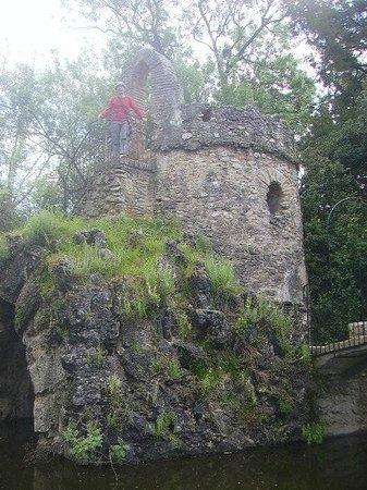Carmen de los Martires: ruinas de una pequeña torre a la que se puede subir y ver todo el Carmen desde arriba