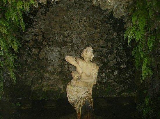 Carmen de los Martires: a la entrada, uno de esos rincones que son Granada en estado puro