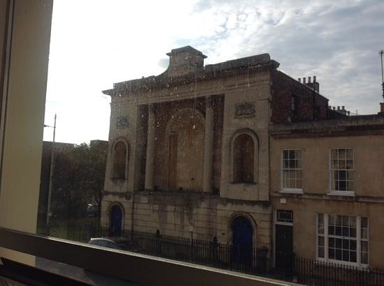 Central Hotel Cheltenham: Dirty windows