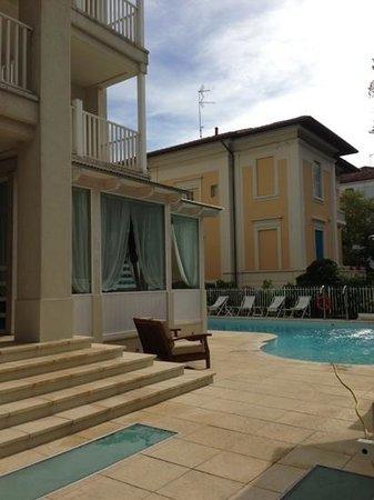 Le Rose Suite Hotel : piscina riscaldata all'aperto
