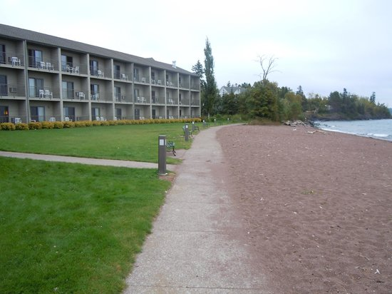 BEST WESTERN Plus Superior Inn & Suites: View of the hotel from the beach