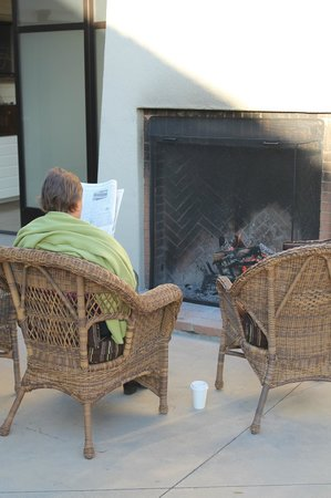 Indian Springs Resort and Spa: Morning coffee by the fireplace