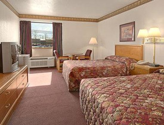 Super 8 Oxford: Two Double Bed Room with MicroFridge