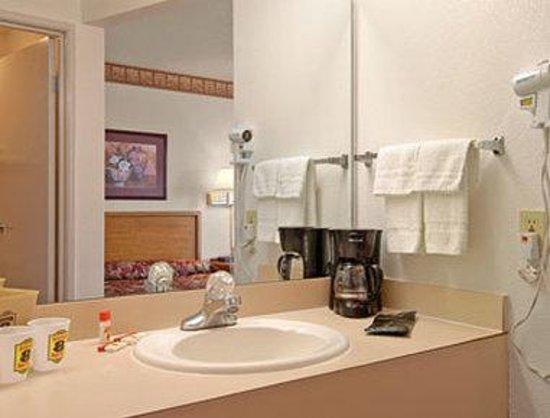 Super 8 Oxford: Bathroom