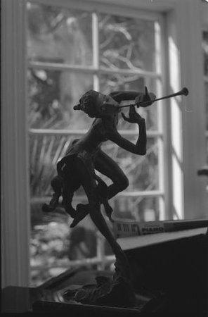The Secret Garden Bed and Breakfast: Sculpture in the living room