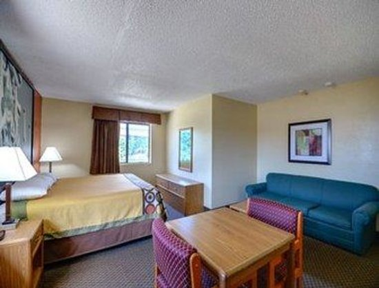 Super 8 Natchitoches: 1 King Bed Suite