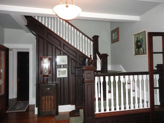 Cozad-Cover House Bed and Breakfast: Main House Entry and Stairway