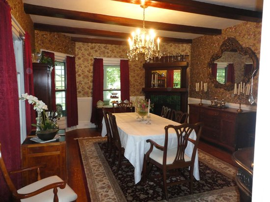 Cozad-Cover House Bed and Breakfast: Formal Dining Room