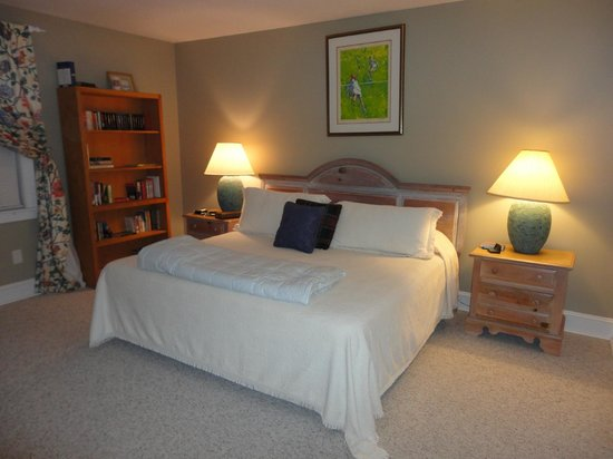 Cozad-Cover House Bed and Breakfast : Studio Bedroom