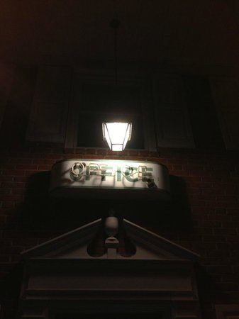 Econo Lodge Woodstock: Loved the old-school sign outside the office at night!