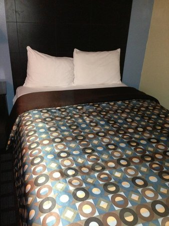 Econo Lodge Woodstock: Aaaaaah! Loved the bedding and bed was comfortable.