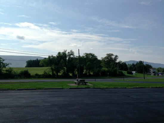 Econo Lodge Woodstock: Outside view