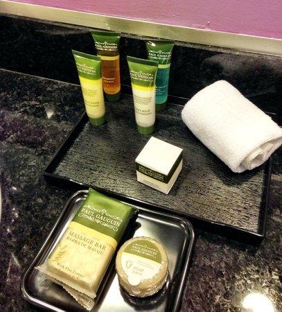 Hotel Riu Plaza Panama: Amenities in bathroom included a wash cloth