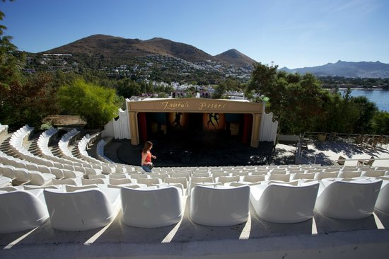 Kadikale Resort : the expectant crowd for comedy night