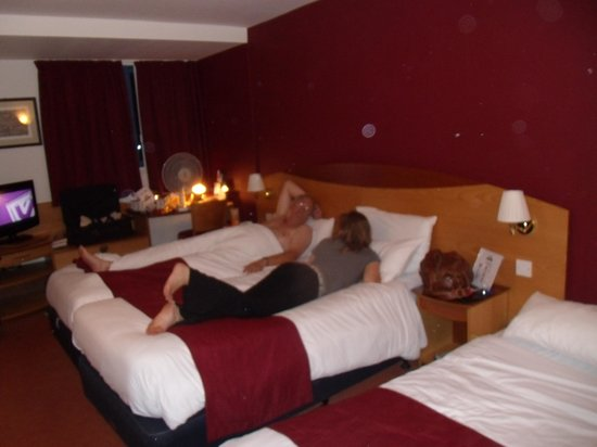 Days Hotel London- Waterloo: another shot of room from the door