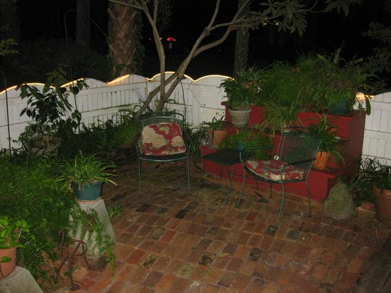 Cedar Key Bed and Breakfast: Small courtyard outside of Honeymoon Cottage