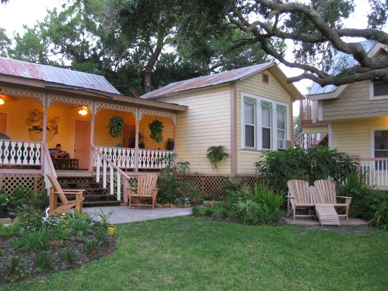 Cedar Key Bed and Breakfast: View of Porch/Honeymoon Cottage