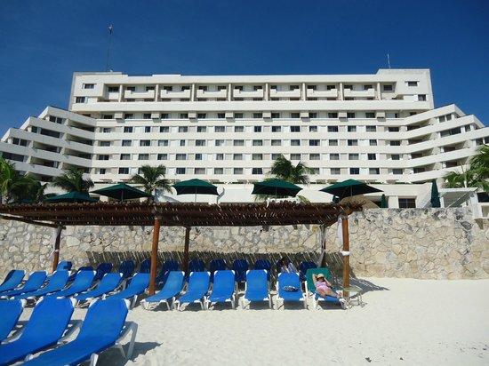Royal Solaris Cancun: Vista del hotel desde la playa