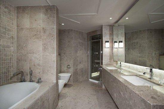 Hyatt Regency Belgrade: BELGR_P116 Diplomatic suite-bathroom