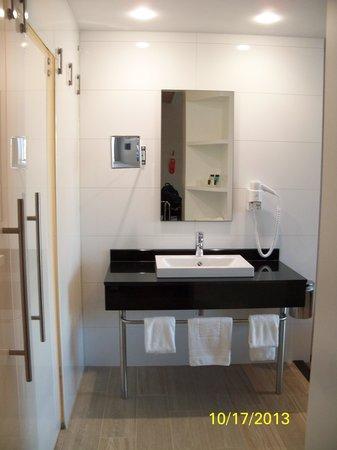 I Am Hotel Amsterdam Airport: Bathroom
