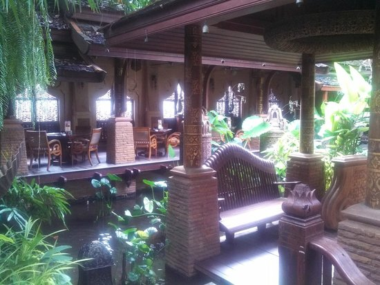 The Baray Villa : Walking towards the restaurant in a lovely garden setting.
