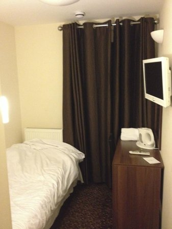 Prince Regent Hotel Excel London: The cubby hole that is room six.