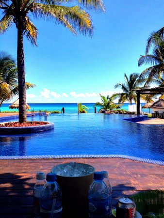 Le Reve Hotel & Spa: Amazing view poolside