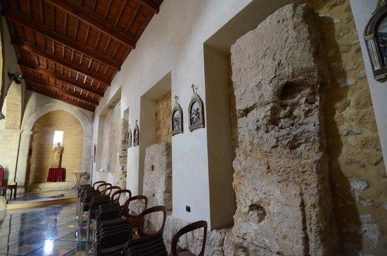 Chiesa di Santa Maria dei Greci: le colonne del tempio (parete destra)