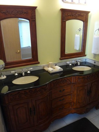 La Tourelle Hotel, Bistro, Spa: Bathroom