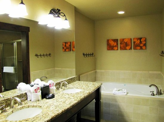 Grand Lodge on Peak 7: Bathroom with large tub