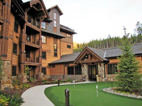 Grand Lodge on Peak 7: Mini golf interior courtyard