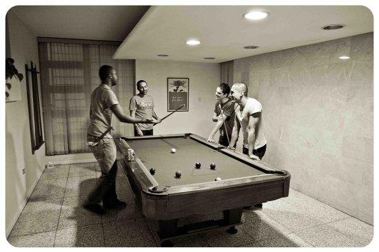 Hostel Urbano: pool table