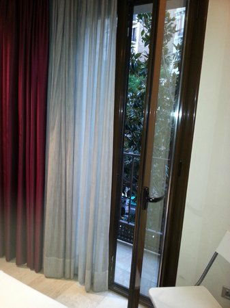 H Cristina Hotel: Bedroom balcony doors